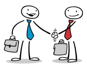 Zwei Geschäftsleute beim Händeschütteln nach einem Vertragsabschluss